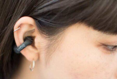 耳を塞がないイヤーカフ型イヤホンambieの完全ワイヤレスモデルAM-TW01が出荷延期
